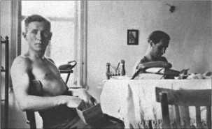 Альфред Руббель на комфортабельной квартире в Майкопе. В период с 16 июля по 14 августа 1942 года экипажи танков могли даже спать в кроватях. За столом сидит сосед Руббеля по комнате Гюнтер Хердер.
