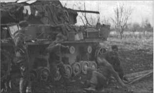 Ардон, начало декабря 1942 года: ремонт ходовой части Танка IV. Немного развлечься за работой тоже надо.