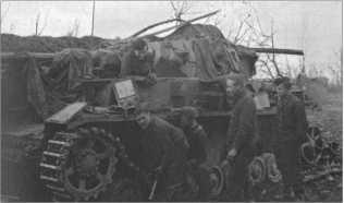 На длинных маршах на танках из строя выходили не только моторы, но и гусеницы и ходовая часть. Каждая длинная остановка использовалась для технических работ.