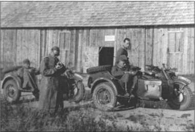 BMW R75 — мотоцикл с коляской разведывательного взвода 503-го тяжелого танкового батальона. Эти мотоциклы с хорошей проходимостью имели привод на колесо коляски и даже задний ход. Солдаты их очень любили. Русские тоже производили эти мотоциклы с некоторыми изменениями.