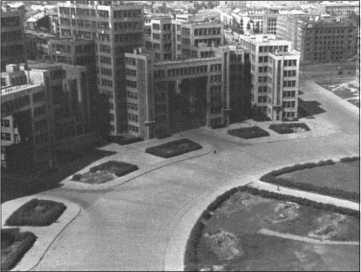 Знаменитая Красная площадь в Харькове, на которой в 30-е годы были построены современные бетонные небоскребы, произвела впечатление на многих прошедших через Харьков солдат. На полукруглой внутренней площади еще можно рассмотреть вырытые углами русские окопы.