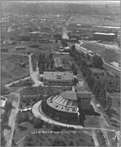 Вид с одного из небоскребов. Полукруглое здание на переднем плане было выставочным залом.
