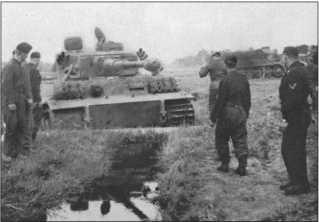 Район Харькова в июне 1943 года: с помощью 18-тонного тягача Фамо «Тигр» снова вытягивают из заболоченной ямы.