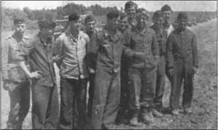 В верхнем правом углу фотографии видны 14 «Тигров» 1-й роты 503-го тяжелого танкового батальона. Фотография сделана после пристрелки пушек в районеЧугуева. Слева направо: неизвестный, Карл Лох, Вальтер Эшриг, Йохан Штромер, Отто Мевес, неизвестный,Герхард Тессмер, Франц Хёрнке, Альфред Руббель,Альфред Пойкер, Вальтер Юнге.