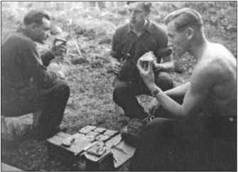 Экипаж Альфреда Руббеля обедает и наслаждается теплыми днями. Йохан Штромер, Вальтер Эшриг и Альфред Руббель (самый правый).