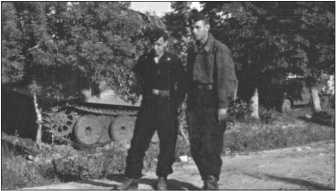 В июне 1943-го в районе Чугуева на Дону. Херберт Бёме и Хорст Циммерманн. Хорст Циммерманн у ротного портного сшил себе маскировочную куртку из палаточной ткани.