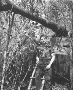 Обер-ефрейтор Вальтер Эшриг перед его замаскированным 114-м «Тигром».