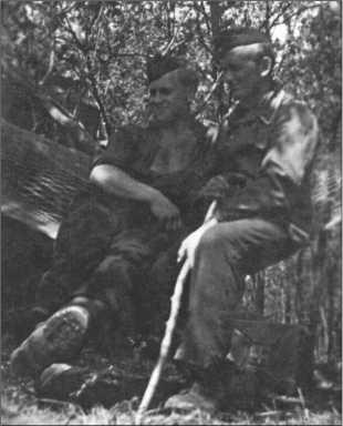 Главный водитель Вальтер Мартах и унтер-офицер Поль Томе сидят в гамаке.
