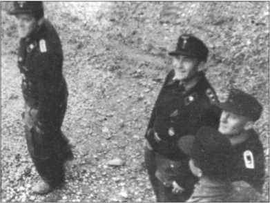 Эта фотография сделана сверху, из башни «Тигра». Унтер-офицеры [т.е. фельдфебели и обер-фельдфебели, исторически имевшие право ношения шпаги] 1-й роты. Слева направо: обер-фельдфебельХёрнке, обер-фельдфебель Вольф, штабс-фельдфебель Эрентраут и фельдфебель Москардини.