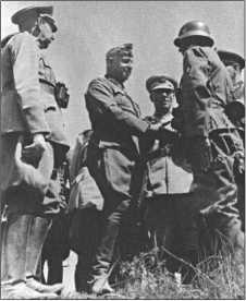 Генерал-фельдмаршал фон Манштейн принимает доклад солдата. Переводчик, переводит для турецких гостей.