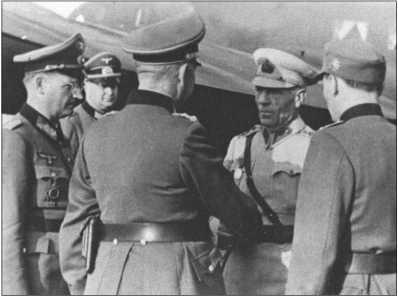 Генерал танковых войск Кемпф приветствует турецкого генерала Тойдемира. Слева от него стоит генерал-майор Шпайдель, начальник штаба, справа от генерала Кемпфа офицер горных войск в качестве переводчика. Видны открытые занавески на иллюминаторах Фокке-Вульфа-200,на котором прилетела турецкая делегация.