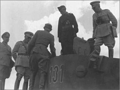Лейтенант Йяммерат объясняет турецким офицерам детали на башне «Тигра I», самый левый на фотографии генерал танковых войск Кемпф.