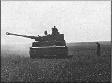 114-й «Тигр» Альфреда Руббеля во время стрельб на «Турецких учениях» в июне 1943 года.