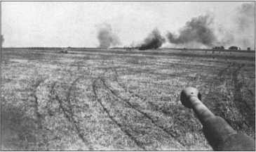 Танковый бой летом 1943 года. 8,8-сантиметровая пушка «Тигра» ищет себе следующую цель. С ее высокой точностью даже на дальних дистанциях и пробивной силой ее снарядов она была эффективным оружием.