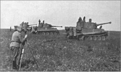 «Тигр» 2-й роты 503-го тяжелого танкового батальона готов продемонстрировать гостям точную стрельбу из пушки «Тигра». Генерал-фельдмаршал Эрих фон Манштейн наблюдает за результатами стрельбы в стереотрубу.