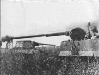 «Тигр» проезжает мимо подбитого Т-34 в районе боевых действий возле Белгорода.