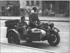 Эта фотография сделана каким-то русским уличным фотографом. Унтер-офицер фонХагемайстер вместе с обер-ефрейтором ВальтеромПреном возвращаются из госпиталя на квартиру в Харькове 26 июля 1943 года.Немецкое наступление наБелгород и Курск было прекращено, и бои перешли в оборонительную стадию.Через месяц Харьков был окончательно оставлен немецкими войсками.