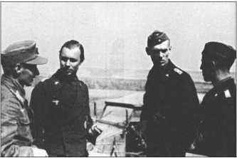 Обсуждение плана боя в 1-й роте во время операции «Цитадель».Слева направо: капитан Виеганд, обер-лейтенант Емлер, капитан Бурместер и лейтенант Линден.