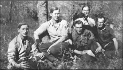 Экипаж 114-го «Тигра» в маленьком леске. Слева направо: водитель Вальтер Эшриг, радист Альфред Пойкер, командир танка Альфред Руббель, наводчик Вальтер Юнге держит «корону» над Альфредом Руббелем, и заряжающий Йохан Штромер.