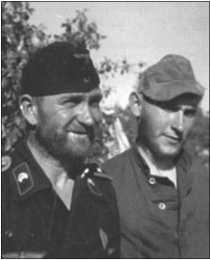 Фельдфебель Вольфф и унтер-офицер Руббель (на заднем плане) в Знаменке. Альфред Руббель тоже отпустил себе удалую бороду.