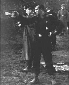Офицерские стрельбы в Знаменке, на фотографии на переднем плане фанен-юнкер-унтер-офицер фон Хагемайстер с командиром графом фон Кагенеком соревнуются в стрельбе из пистолета Р38.