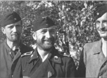 Начиная с середины сентября 1943 года три роты 503-го тяжелого танкового батальона постепенно собрались в Знаменке для восстановления. Солдаты в основном отрастили настоящие бороды, как на подводной лодке, как здесь на фотографии (слева направо) обер-ефрейтор Кубин, фельдфебель Вольфф и унтер-офицер Лохманн из 1-й роты503-го тяжелого танкового батальона.