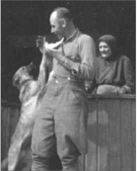 Знаменка осенью 1943 года. Хаупт-фельдфебель Хаазе кормит собаку.
