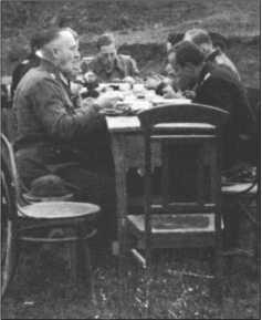 Офицеры батальона за совместной едой. Во главе стола граф фон Кагенек, слева впереди главный ремонтник Нойберт, известный специалист по техническому устройству «Тигра». В мае 1944 года он был награжден редким Рыцарским крестом Креста за военные заслуги.