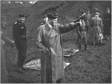 Клеменс граф фон Кагенек (в пальто) как раз выстрелил из своего пистолета, затвор его пистолета еще сзади. Сбоку за ним обер-лейтенант Сменд. Справа капитан инженерной службы Гросс, ремонтник Нойберт, в пальто Унбек, крайний справа лейтенант Хасс.
