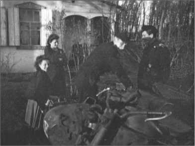 На постое в Знаменке. Сестры Хала и Мария хорошо выдержали тест-драйв на мотоцикле, который им предоставили Альфред Руббель и Хайно Кляйнер.