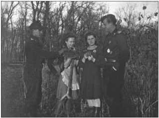 Фанен-юнкер-унтер-офицер Альфред Руббель и фанен-юнкер-фельдфебель Ханс фон Хагемайстер на прощание подарили по маленькому букетику из листьев.