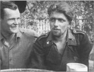 Ханс Фендезак (слева на фотографии) и Курт Книспель были хорошими друзьями. Оба были очень успешными командирами «Тигров» и уничтожили много танков и противотанковых пушек.