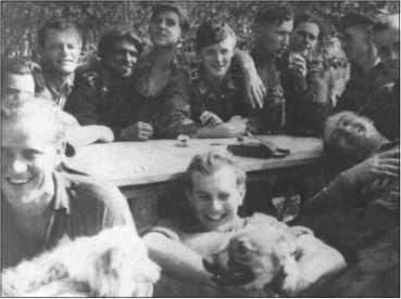Праздник в 1-й роте 503-го тяжелого танкового батальона по случаю награждения Хайно Кляйнера Железным крестом первого класса в Знаменке осенью1943 года. Трое на переднем плане слева направо: Хёрнке, Биндер и Вольфф. Сзади за столом слева направо: Риппль, Фендезак, Книспель, Кляйнер, Тессмер, Руббель,Юнге, Эрдманн и Бузе.