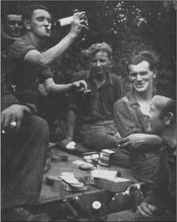 Дружеское совместное времяпрепровождение солдат батальона.Солдаты рады быть на отдыхе после отступления.