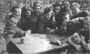 Командиры «Тигров» за выпивкой. Слева направо: неизвестный, Риппль, Фендезак, Книспель, Кляйнер, Тессмер,Руббель, Юнге, Эрдманн, неизвестный, Бузе и Вольфф.