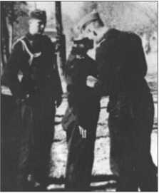 Ханс Фендезак (на фотографии в центре) награжден Немецким крестом в золоте. Слева на фотографии офицер-ординарецСменд и справа на фотографии капитан Бурместер прикрепляет Хансу Фендезаку орден на правый грудной карман.