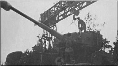 Ремонт с портальным краном в полевых условиях. Он мог поднять до 16 тонн, так что башня «Тигра» могла быть поднята с платформы.