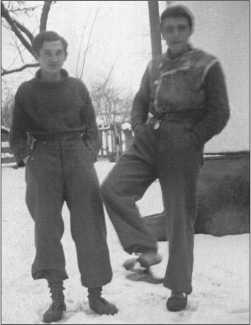 Зима 1943/44 года по русским меркам была не такой холодной, как, например, зима 1941/42 года. Два товарища из 503-го тяжелого танкового батальона в Знаменке.