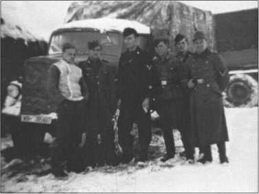 Групповая фотография полувзвода снабжения перед «Опель-Блитцем» — 3-тонным грузовиком с номеромWH-1385467. Слева направо: Дёберт,Шлонсок, Х. Хофманн, хи-ви Паша, Тапетто и Клингельхёллер.