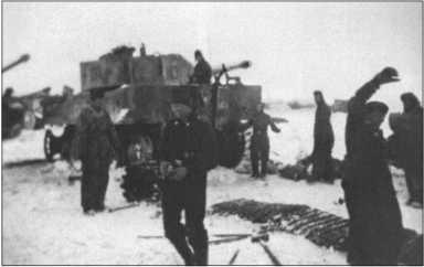 Ремонт ходовой части 131-го «Тигра». Зимой на морозе работа была особенно тяжелой.