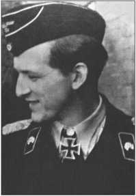 Капитан Клеменс граф фон Кагенек был командиром 503-го тяжелого танкового батальона с июня 1943 года до января 1944 года. 7 августа 1943 года он был награжден Рыцарским крестом, а 26 июня 1944 года получил Дубовые листья к нему. На фотографии он в звании майора.