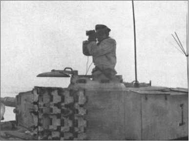 Штабной «Тигр» 503-го тяжелого танкового батальона остановился для наблюдения за хмурым зимним ландшафтом. Справа видна новая дальняя антенна для передачи сообщений командованию батальона.