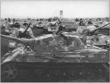 В то время как в сентябре 1944 года батальон был полностью переоснащен на «Королевские Тигры», Альфред Руббель учился в офицерской школе и был произведен в лейтенанты. Здесь фотография с парада в лагере Сенне, который был показан в Вохеншау. В башне 300-го «Королевского Тигра» лейтенант фон Розен.