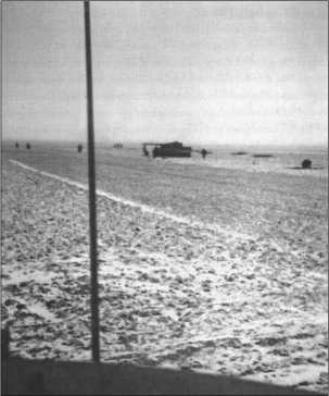 Унылая равнина под Черкассами в феврале 1944 года. На заднем плане один из «Тигров»из 503-го батальона только что сформированного танкового полка Беке.