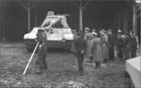 Генерал-полковник Гудериан осматривает в июне 1944 года в Ордруфе новый«Тигр II» 503-го тяжелого танкового батальона. Здесь происходит чистка ствола орудия.