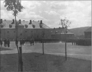 Для делегации был устроен парад, на заднем плане казармы и учебные здания.