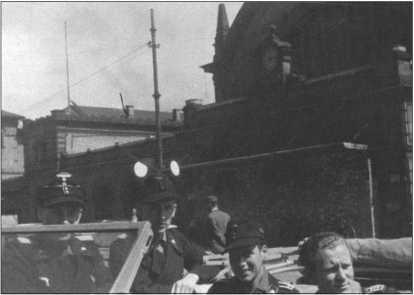 Прогулка в Эрфурт на кабриолете «Фольксваген-Кюбель», принадлежавшем ремонтникам, который надо было обкатать. Слева направо:Биелефельд, фанен-юнкер-фельдфебель Альфред Руббель, фельдфебель Крёнке и старший радист Эндрес.