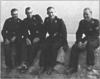 Альфред Руббель (второй справа) с товарищами сидит на стене замка недалеко от полигона Ордруф. Обер-ефрейтор ХерманнАльберс (самый правый на фотографии) был командиром ремонтников 1-й роты.