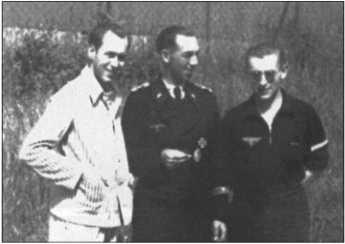 Лето 1944 года в лазарете лагеря Ордруф. Слева направо: Крёнке, Левандовски и Альфред Руббель. Альфред Руббель в спортивном костюме с поперечными нашивками на рукаве, которые говорят о том, что он лейтенант.