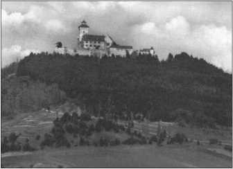 Вид с полигона Ордруф на один из трех замков графов фон Гляйхен в Тюрингии.